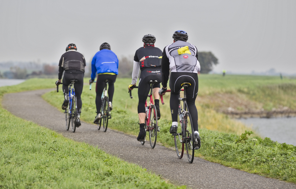 In groepjes wielrennen door Waterland